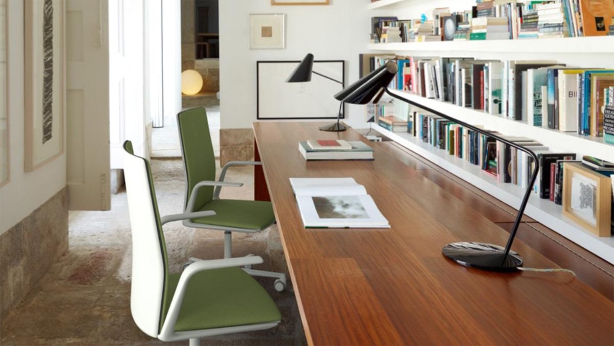 Фото 7 - Домашний кабинет в коридоре квартиры с длинным столом, двумя креслами и книжными полками