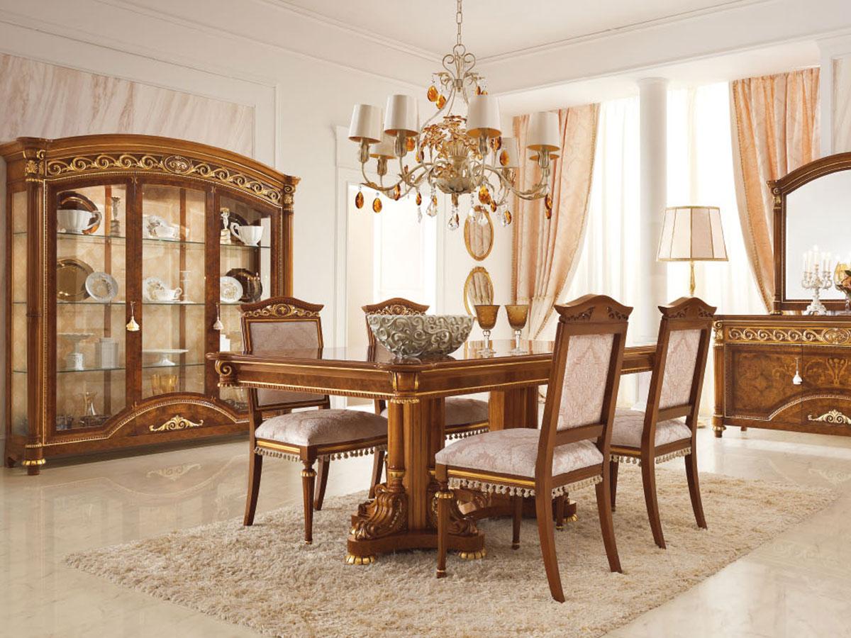 Фото 1 - Интерьер итальянской гостиной Luigi фабрики Valderamobili в классическом стиле: обеденный стол с 4-мя стульями, трехдверная витрина, комод с зеркалом