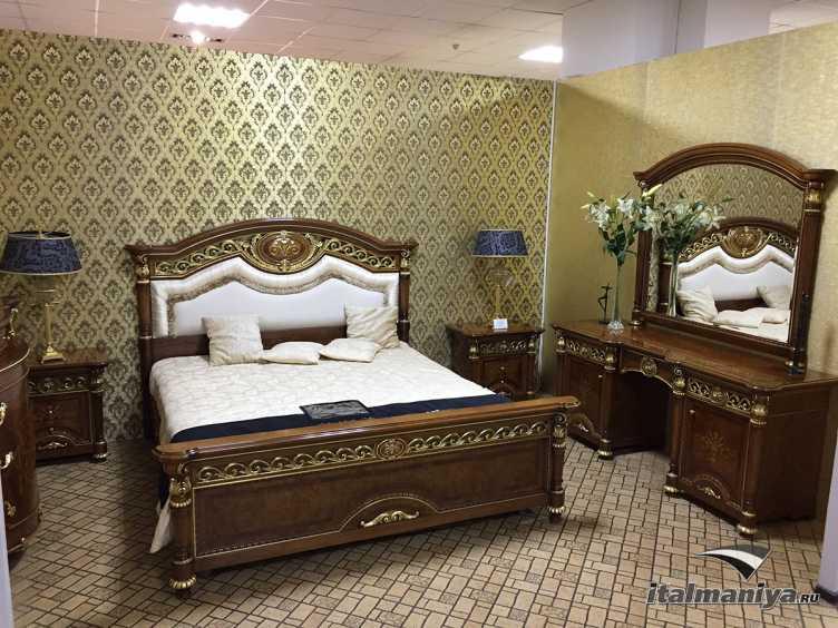 Фото 1 - Спальня (кровать, столик, 2 тумбы) Luigi XVI фабрики Valderamobili (производство Италия) в классическом стиле из массива дерева
