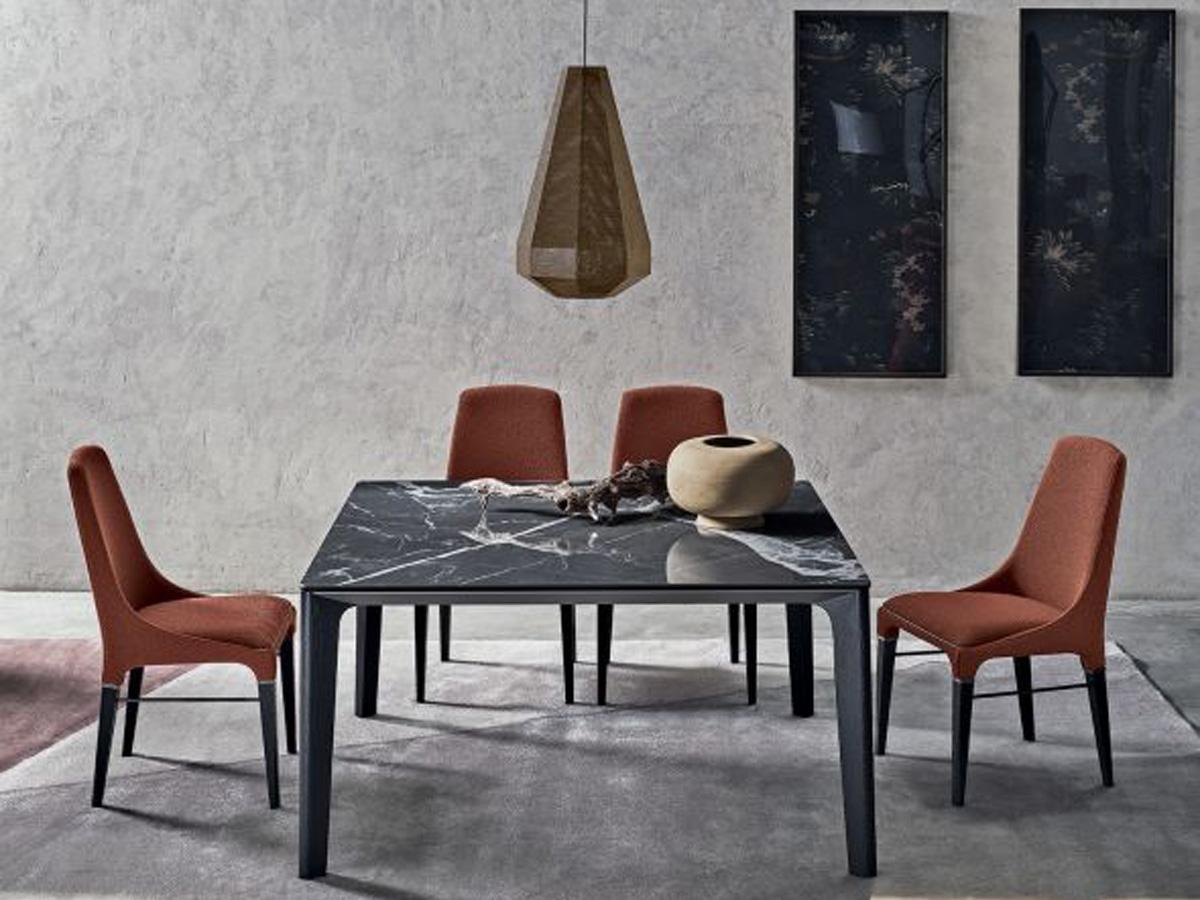 Фото 2 - Стулья Kelly в обивке из ткани розово-красного цвета (Kvadrat Salmon) с обеденным столом Versus фабрики Bontempi Casa